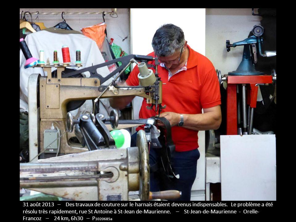 31 août 2013 – Des travaux de couture sur le harnais étaient devenus indispensables. Le problème a été résolu très rapidement, rue St Antoine à St-Jean de-Maurienne. – St-Jean-de-Maurienne - Orelle- Francoz – 24 km, 6h30 – P1020685a