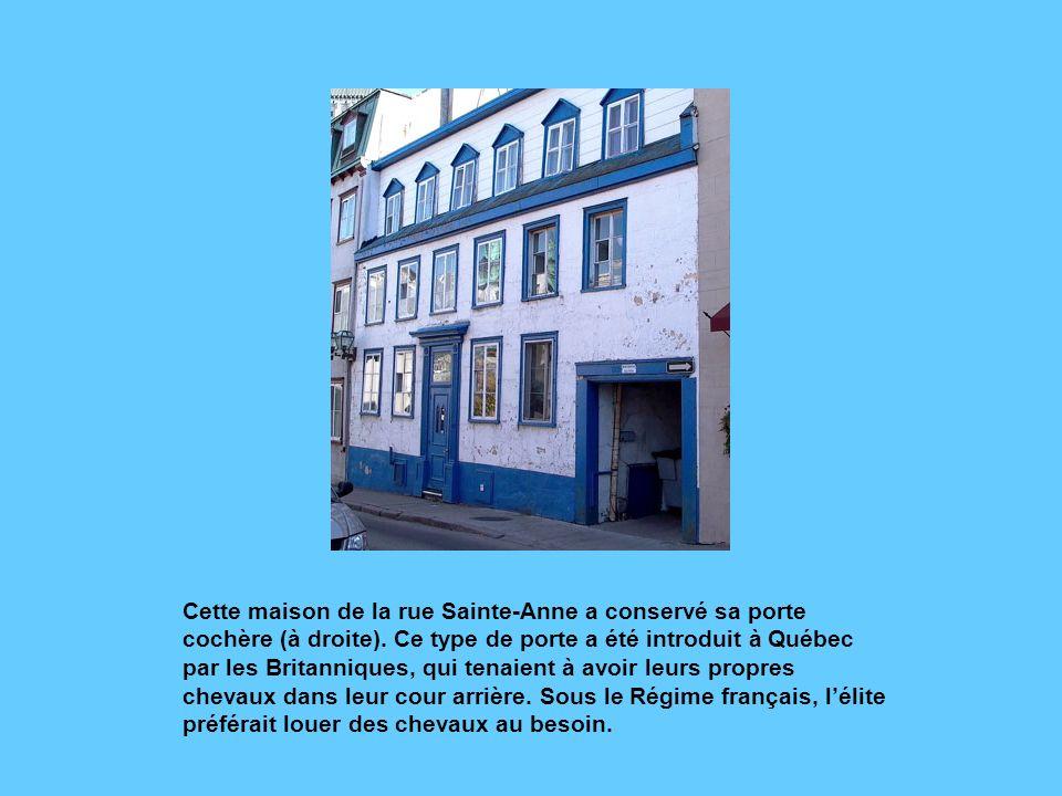 Cette maison de la rue Sainte-Anne a conservé sa porte cochère (à droite).