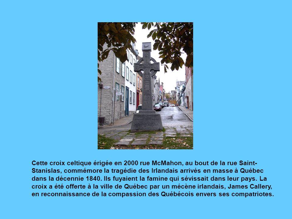 Cette croix celtique érigée en 2000 rue McMahon, au bout de la rue Saint-Stanislas, commémore la tragédie des Irlandais arrivés en masse à Québec dans la décennie 1840.