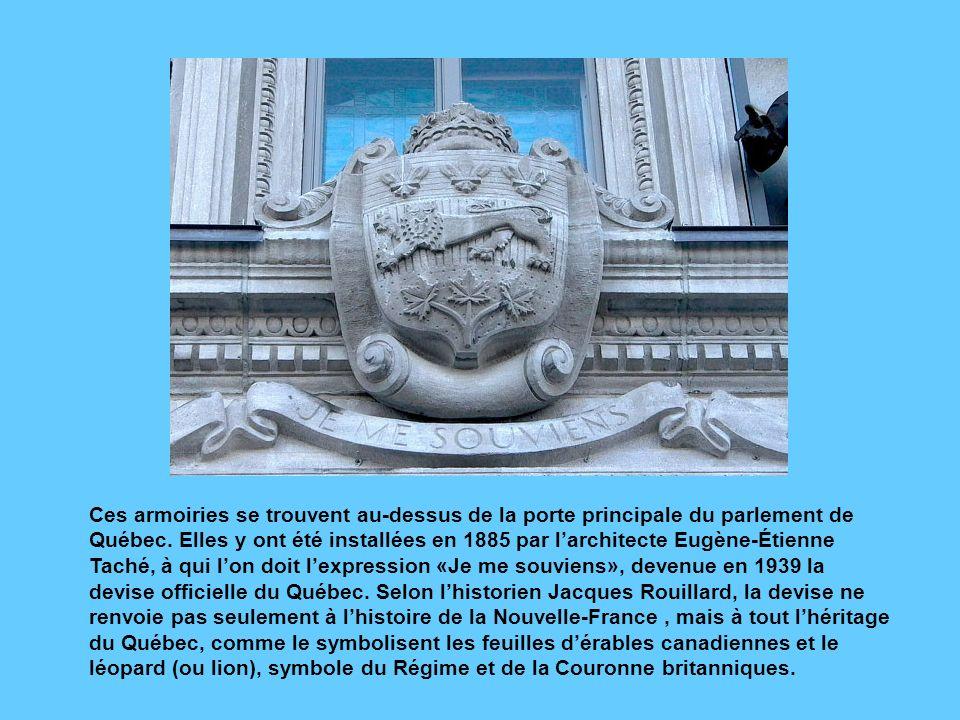 Ces armoiries se trouvent au-dessus de la porte principale du parlement de Québec.