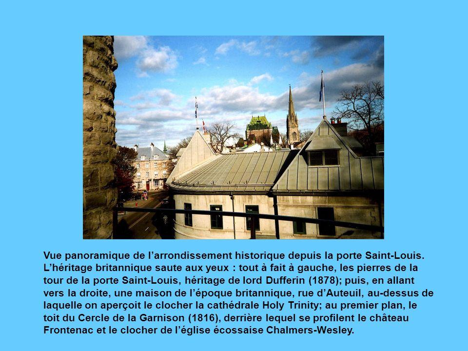 Vue panoramique de l'arrondissement historique depuis la porte Saint-Louis.