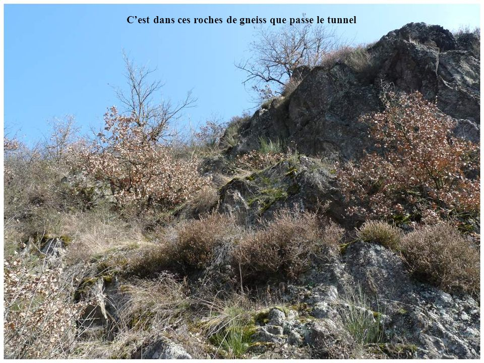 C'est dans ces roches de gneiss que passe le tunnel