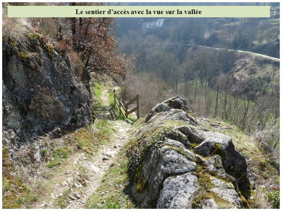 Le sentier d'accès avec la vue sur la vallée