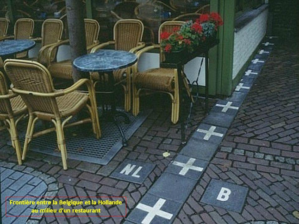 Frontière entre la Belgique et la Hollande au milieu d'un restaurant