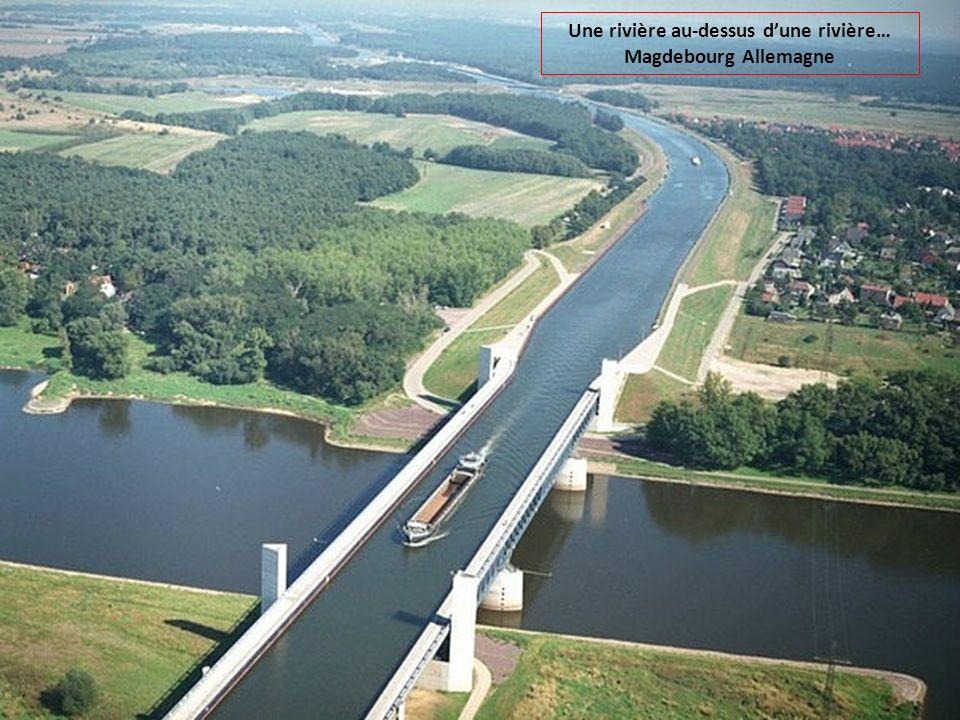 Une rivière au-dessus d'une rivière… Magdebourg Allemagne