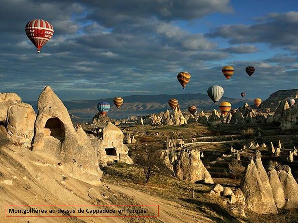 Montgolfières au-dessus de Cappadoce en Turquie