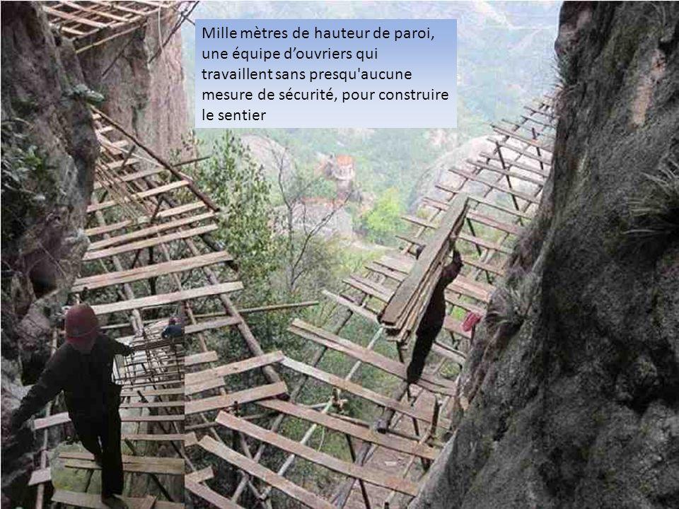 Mille mètres de hauteur de paroi, une équipe d'ouvriers qui travaillent sans presqu aucune mesure de sécurité, pour construire le sentier