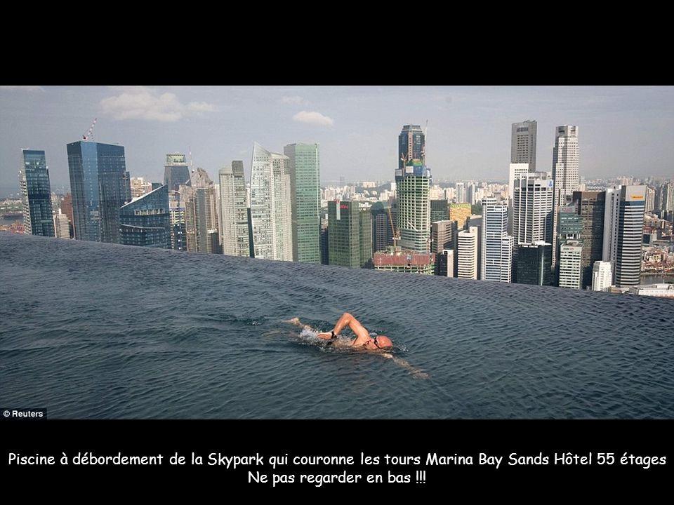 Piscine à débordement de la Skypark qui couronne les tours Marina Bay Sands Hôtel 55 étages