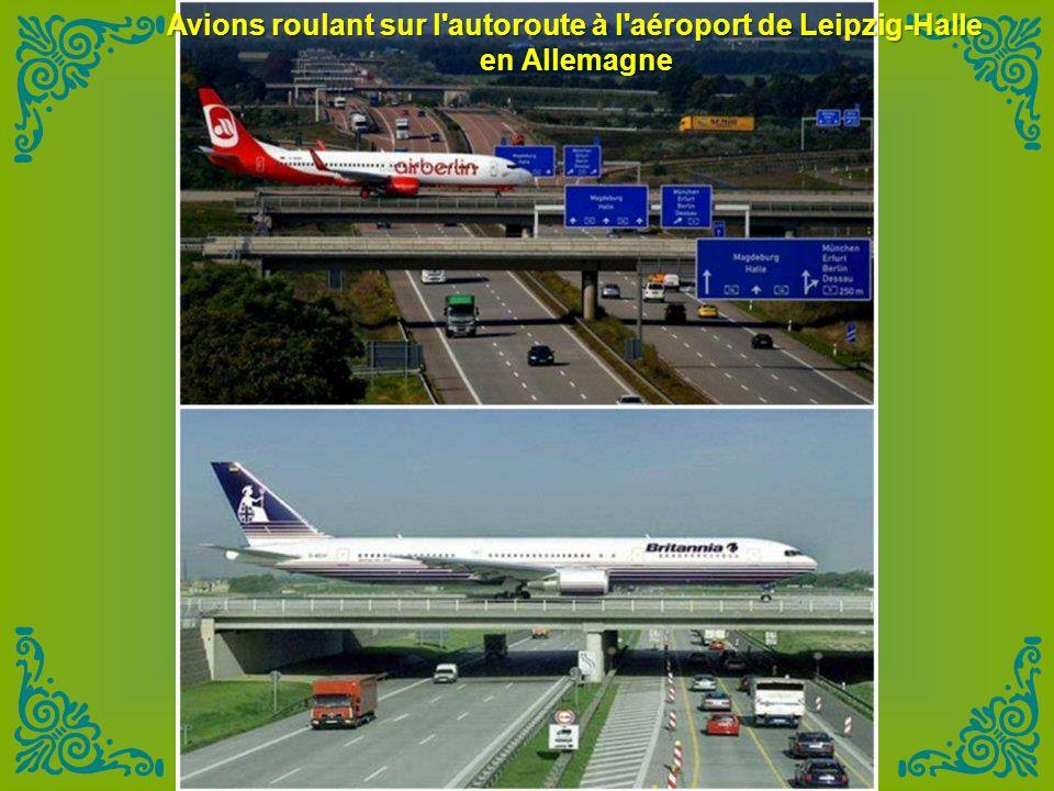 Avions roulant sur l autoroute à l aéroport de Leipzig-Halle
