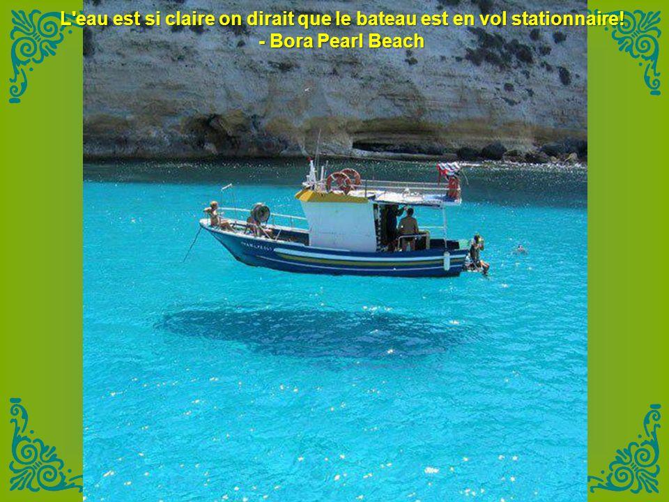L eau est si claire on dirait que le bateau est en vol stationnaire!