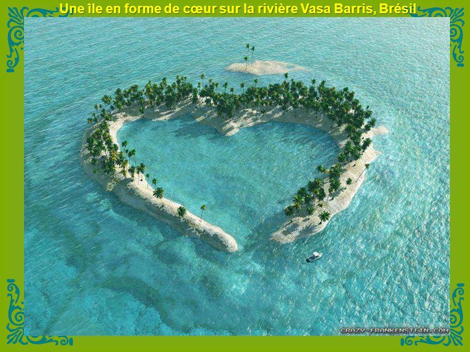 Une île en forme de cœur sur la rivière Vasa Barris, Brésil