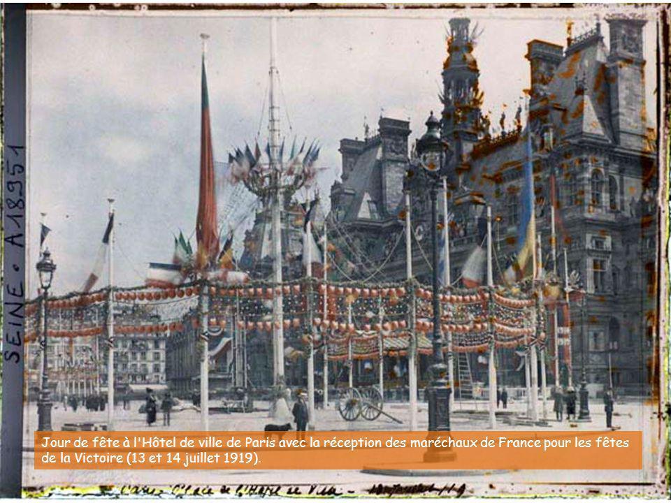 Jour de fête à l Hôtel de ville de Paris avec la réception des maréchaux de France pour les fêtes de la Victoire (13 et 14 juillet 1919).