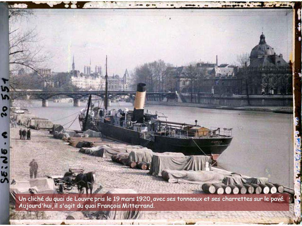 Un cliché du quai de Louvre pris le 19 mars 1920, avec ses tonneaux et ses charrettes sur le pavé.