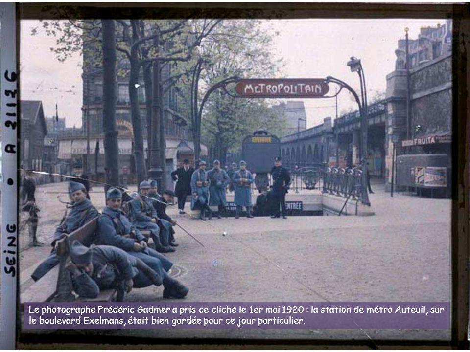 Le photographe Frédéric Gadmer a pris ce cliché le 1er mai 1920 : la station de métro Auteuil, sur le boulevard Exelmans, était bien gardée pour ce jour particulier.