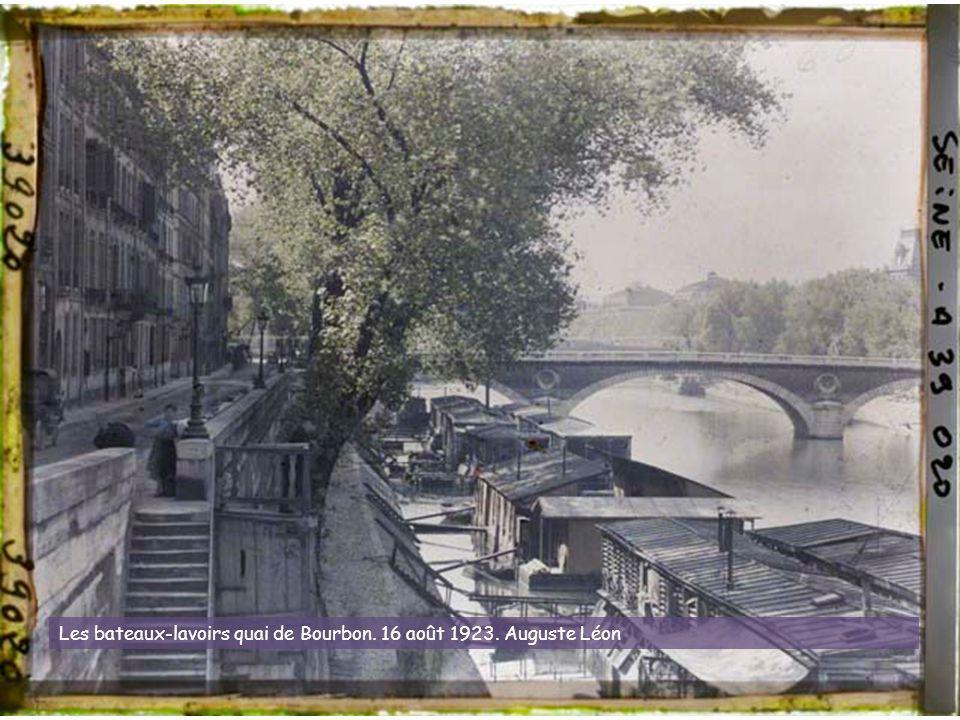 Les bateaux-lavoirs quai de Bourbon. 16 août 1923. Auguste Léon