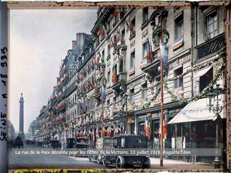 La rue de la Paix décorée pour les fêtes de la Victoire