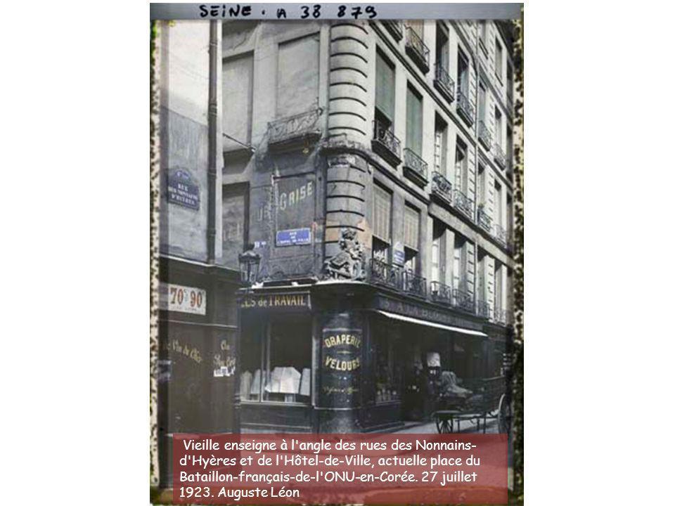 Vieille enseigne à l angle des rues des Nonnains-d Hyères et de l Hôtel-de-Ville, actuelle place du Bataillon-français-de-l ONU-en-Corée.