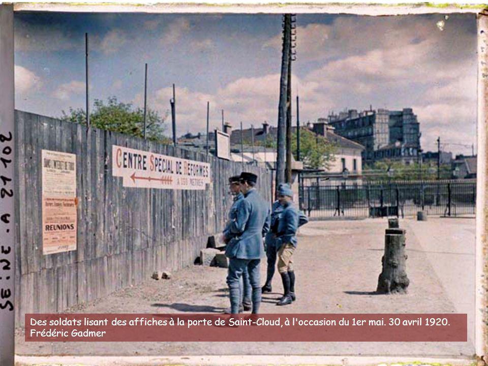 Des soldats lisant des affiches à la porte de Saint-Cloud, à l occasion du 1er mai.