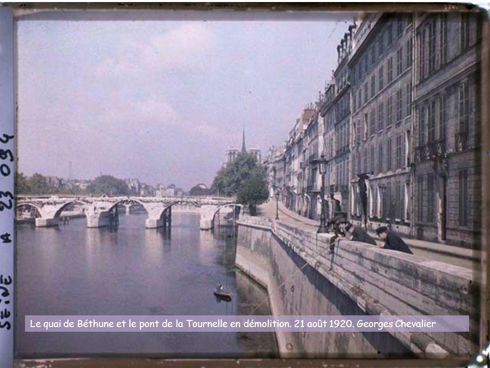 Le quai de Béthune et le pont de la Tournelle en démolition