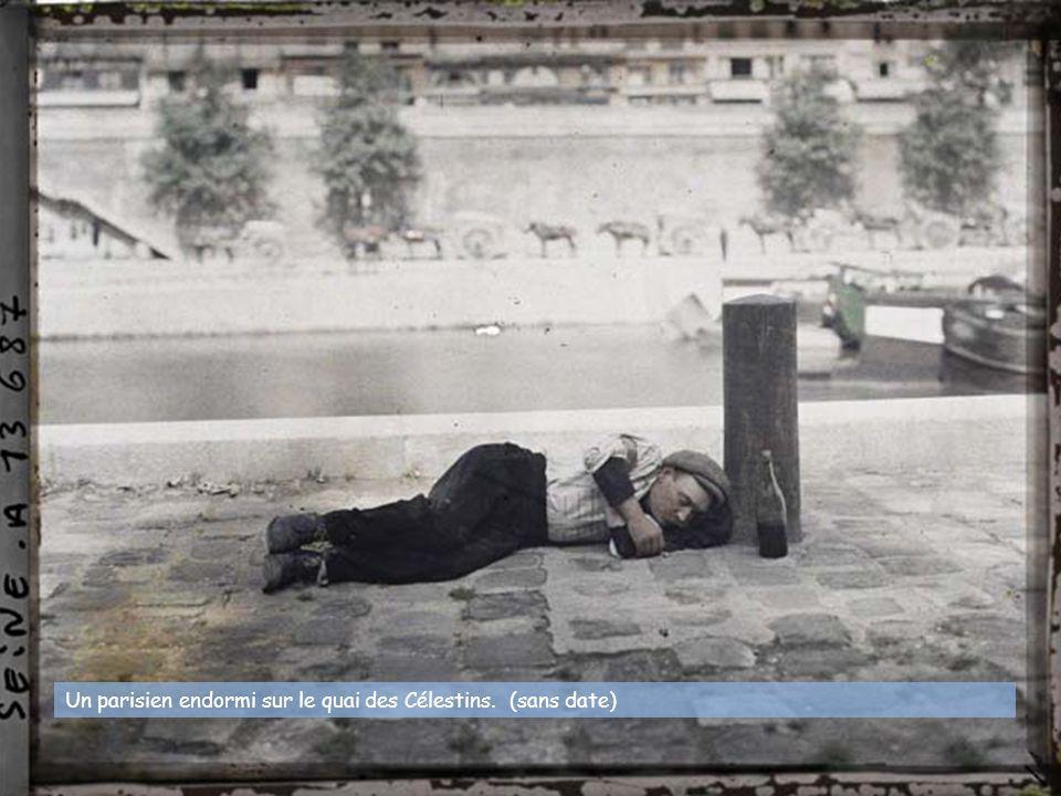 Un parisien endormi sur le quai des Célestins. (sans date)