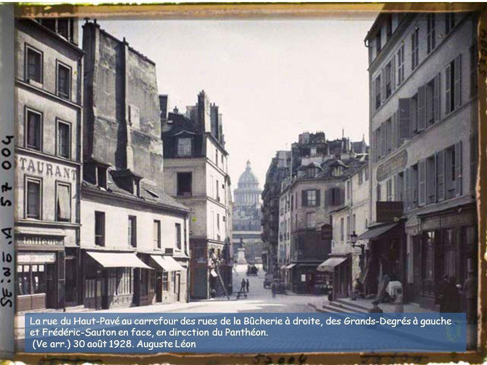 La rue du Haut-Pavé au carrefour des rues de la Bûcherie à droite, des Grands-Degrés à gauche et Frédéric-Sauton en face, en direction du Panthéon.