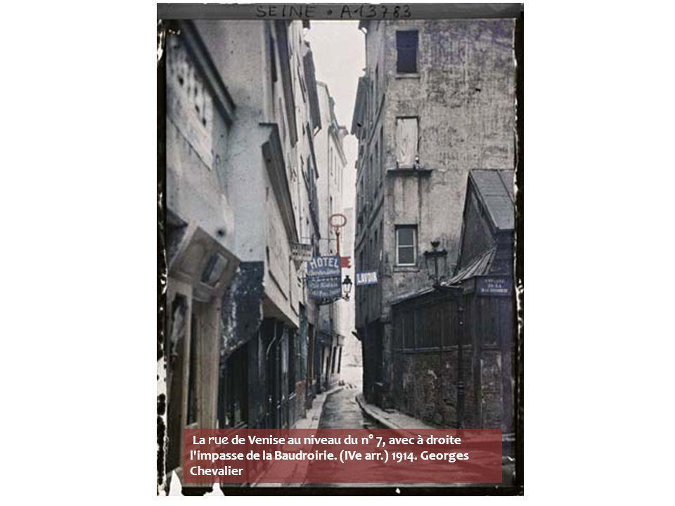 La rue de Venise au niveau du n° 7, avec à droite l impasse de la Baudroirie.