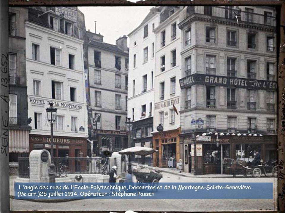 L angle des rues de l Ecole-Polytechnique, Descartes et de la Montagne-Sainte-Geneviève.