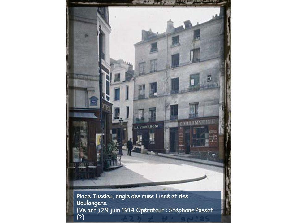 Place Jussieu, angle des rues Linné et des Boulangers.
