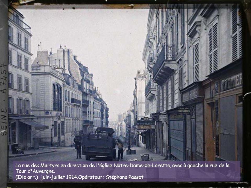 La rue des Martyrs en direction de l église Notre-Dame-de-Lorette, avec à gauche la rue de la Tour d Auvergne.