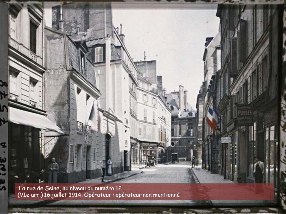 La rue de Seine, au niveau du numéro 12.