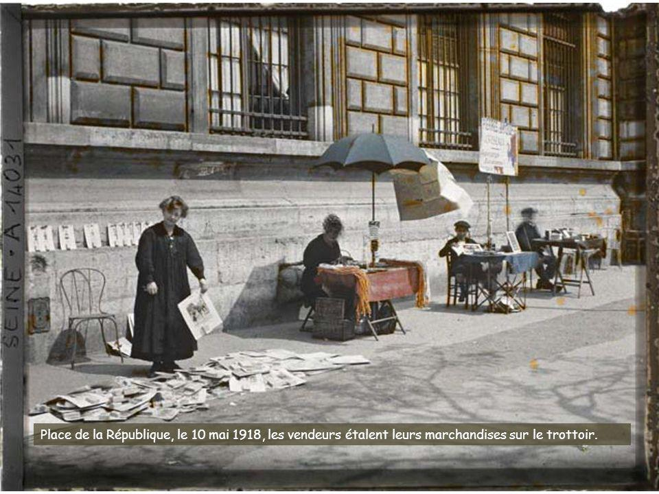 Place de la République, le 10 mai 1918, les vendeurs étalent leurs marchandises sur le trottoir.