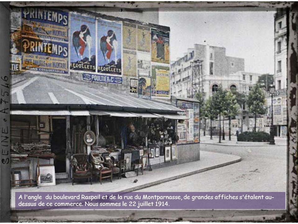 A l angle du boulevard Raspail et de la rue du Montparnasse, de grandes affiches s étalent au-dessus de ce commerce.