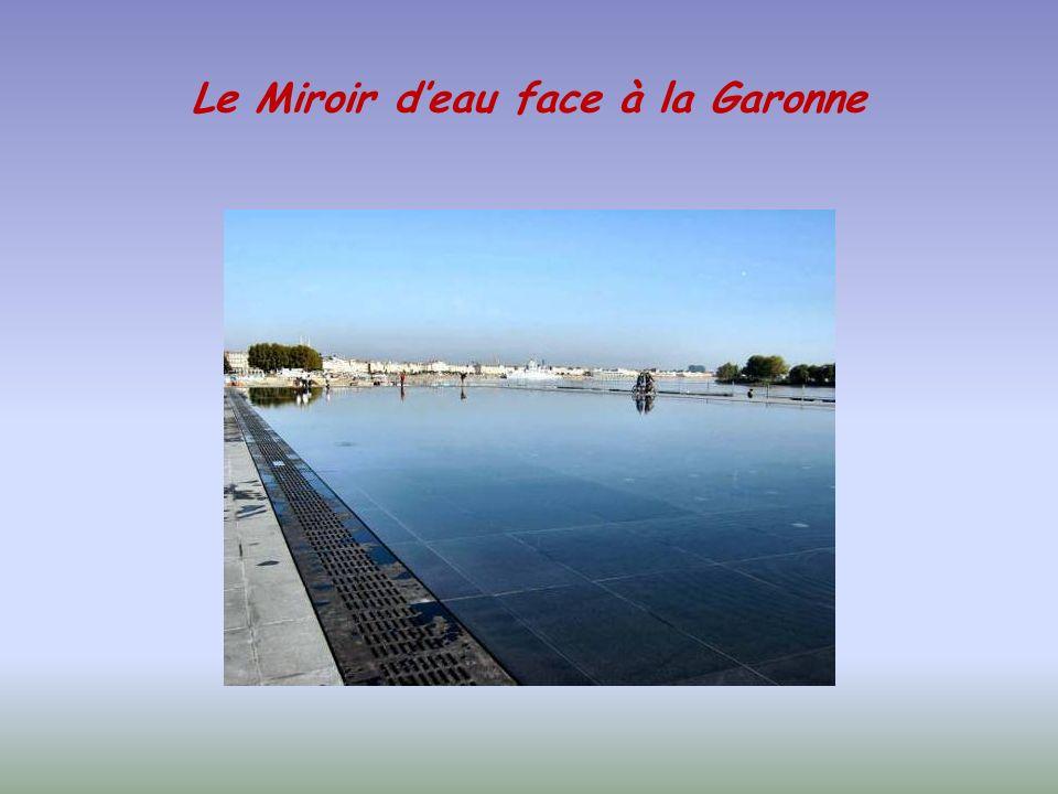 Le Miroir d'eau face à la Garonne