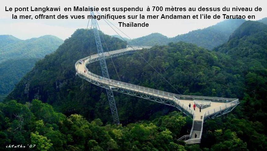 Le pont Langkawi en Malaisie est suspendu à 700 mètres au dessus du niveau de la mer, offrant des vues magnifiques sur la mer Andaman et l'ile de Tarutao en Thaïlande