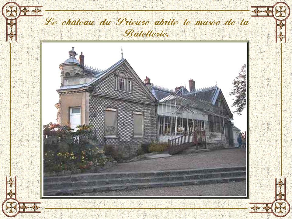 Le château du Prieuré abrite le musée de la Batellerie.
