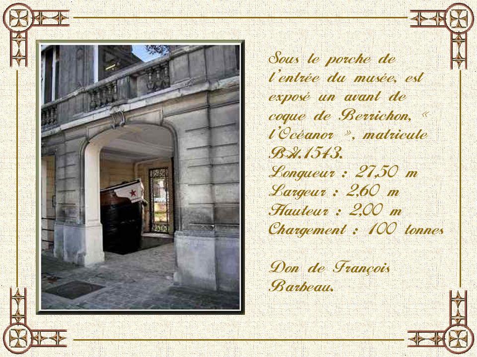 Sous le porche de l'entrée du musée, est exposé un avant de coque de Berrichon, « l'Océanor », matricule BG.1543.
