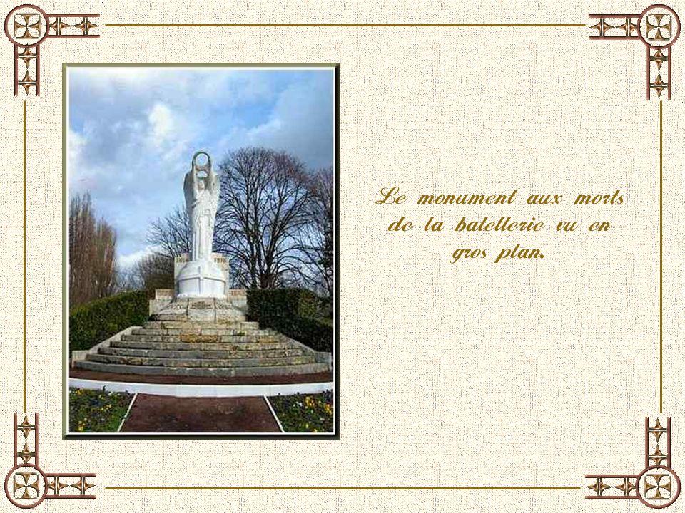 Le monument aux morts de la batellerie vu en gros plan.