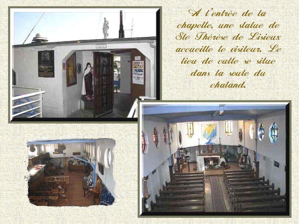 A l'entrée de la chapelle, une statue de Ste Thérèse de Lisieux accueille le visiteur.