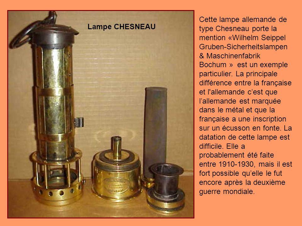 Cette lampe allemande de type Chesneau porte la mention «Wilhelm Seippel Gruben-Sicherheitslampen & Maschinenfabrik Bochum » est un exemple particulier. La principale différence entre la française et l allemande c'est que l'allemande est marquée dans le métal et que la française a une inscription sur un écusson en fonte. La datation de cette lampe est difficile. Elle a probablement été faite entre 1910-1930, mais il est fort possible qu'elle le fut encore après la deuxième guerre mondiale.