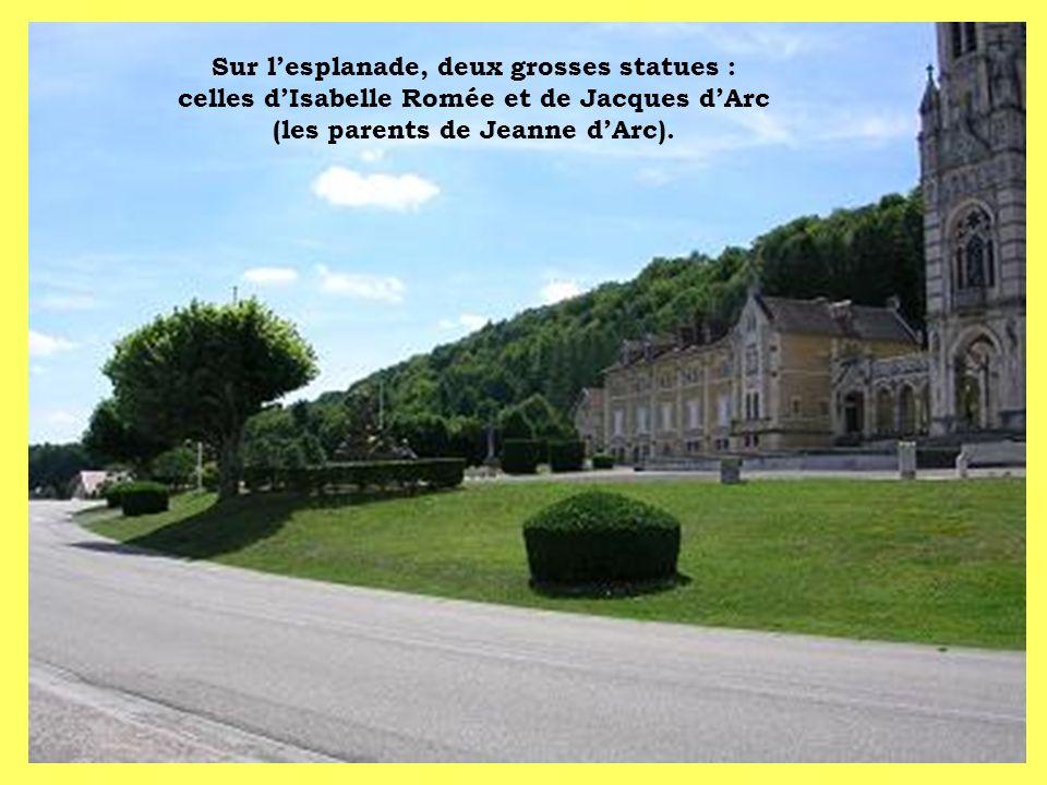 Sur l'esplanade, deux grosses statues : celles d'Isabelle Romée et de Jacques d'Arc (les parents de Jeanne d'Arc).