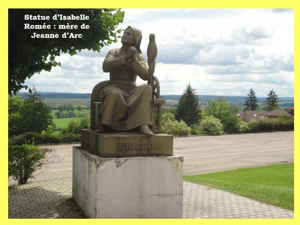 Statue d'Isabelle Romée : mère de Jeanne d'Arc
