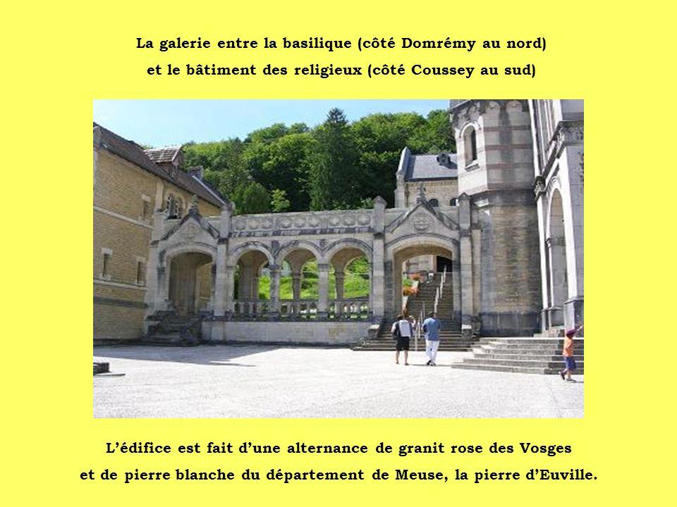 La galerie entre la basilique (côté Domrémy au nord)