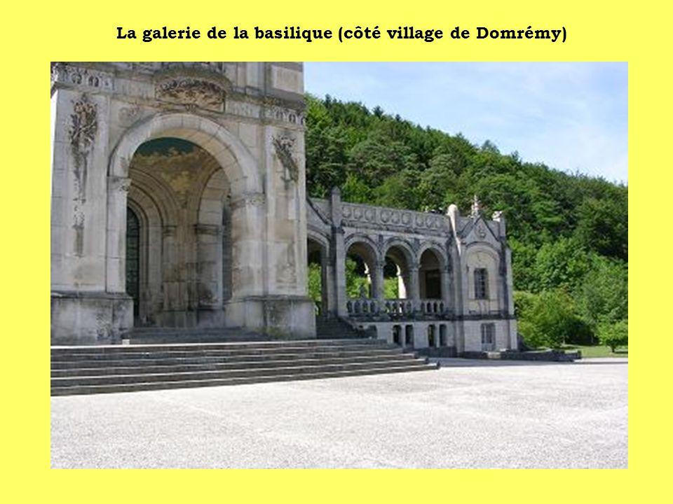 La galerie de la basilique (côté village de Domrémy)