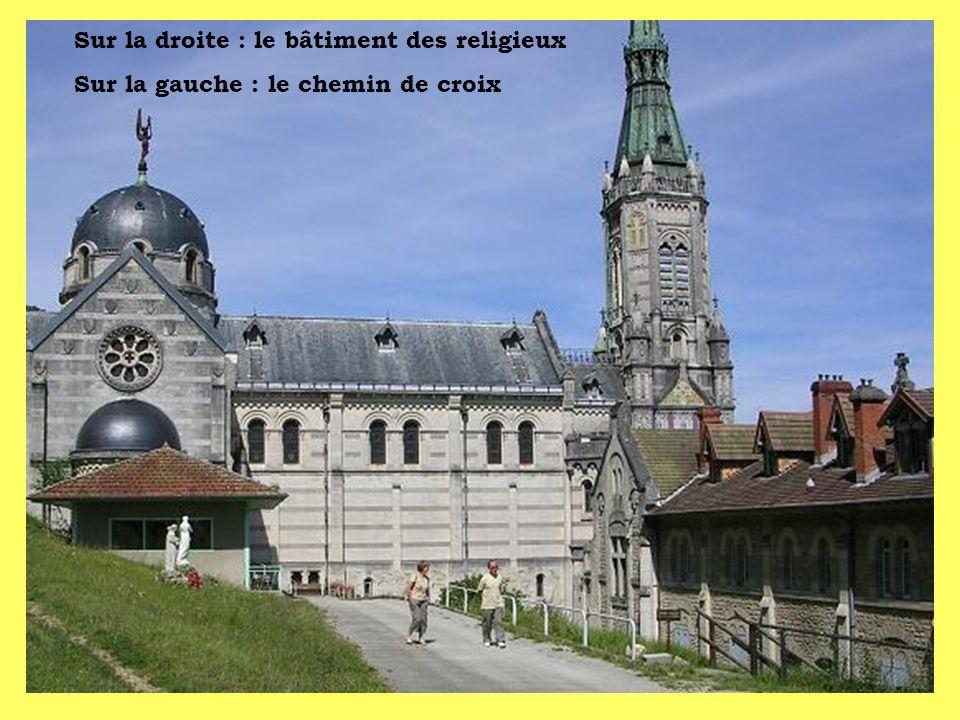 Sur la droite : le bâtiment des religieux
