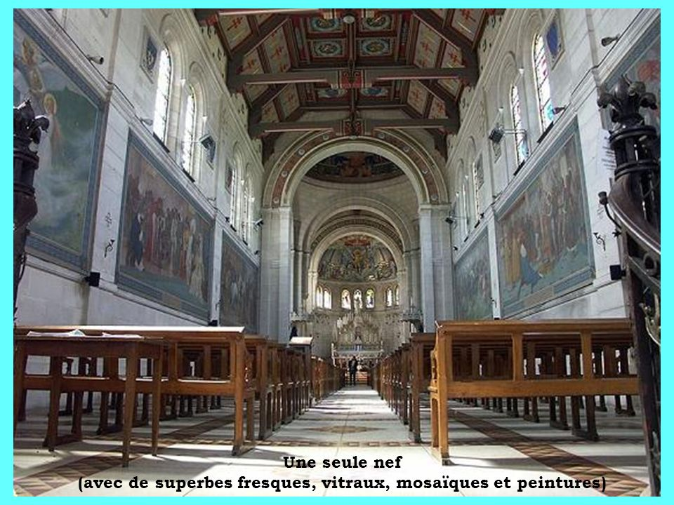 Une seule nef (avec de superbes fresques, vitraux, mosaïques et peintures)