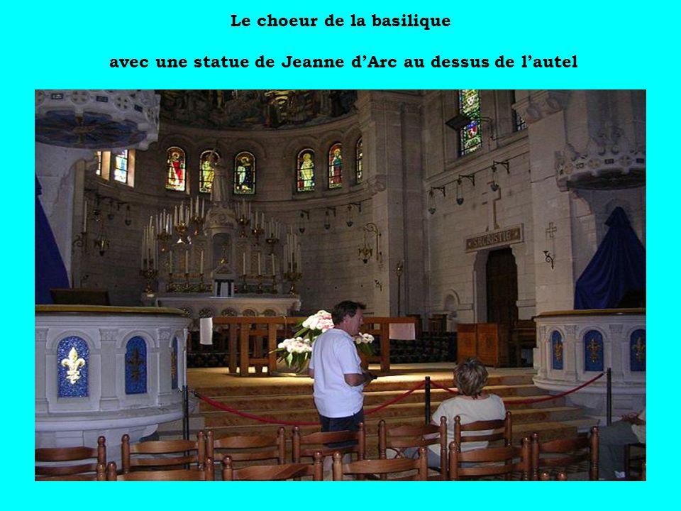 Le choeur de la basilique avec une statue de Jeanne d'Arc au dessus de l'autel