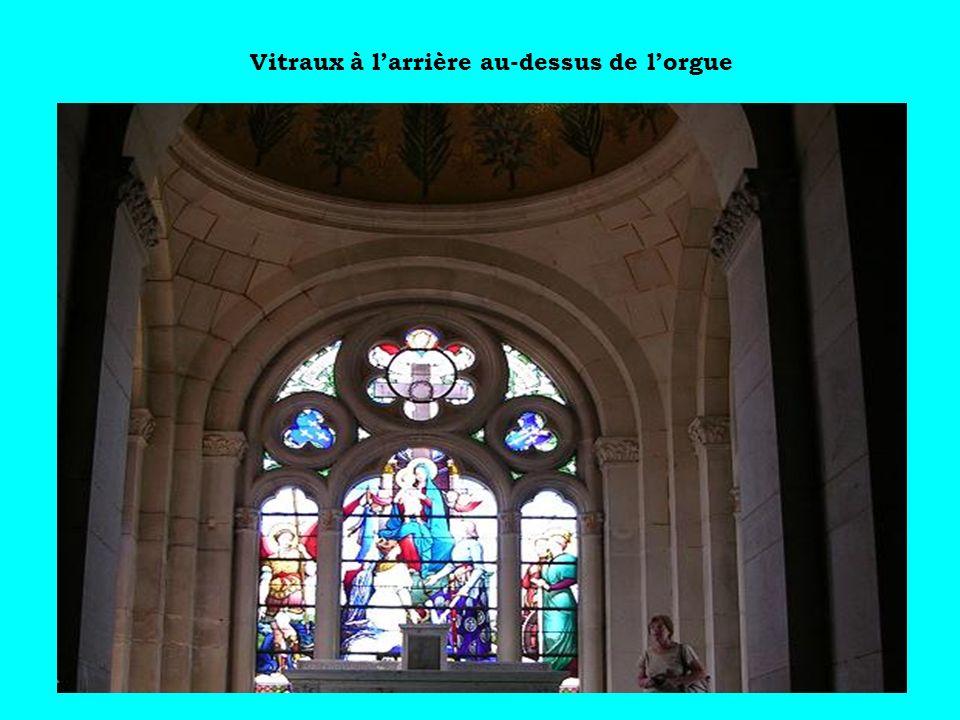 Vitraux à l'arrière au-dessus de l'orgue