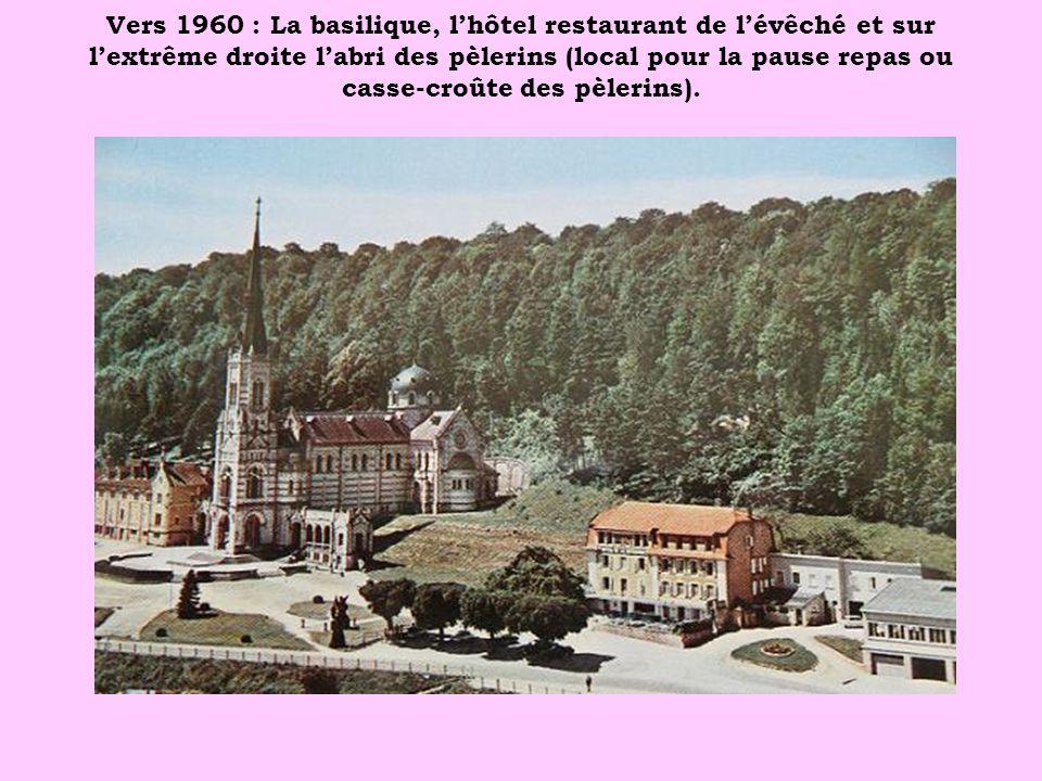 Vers 1960 : La basilique, l'hôtel restaurant de l'évêché et sur l'extrême droite l'abri des pèlerins (local pour la pause repas ou casse-croûte des pèlerins).