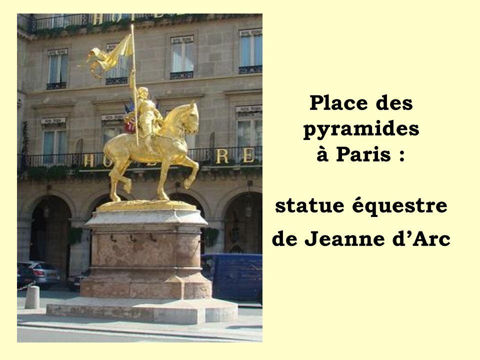 Place des pyramides à Paris : statue équestre de Jeanne d'Arc