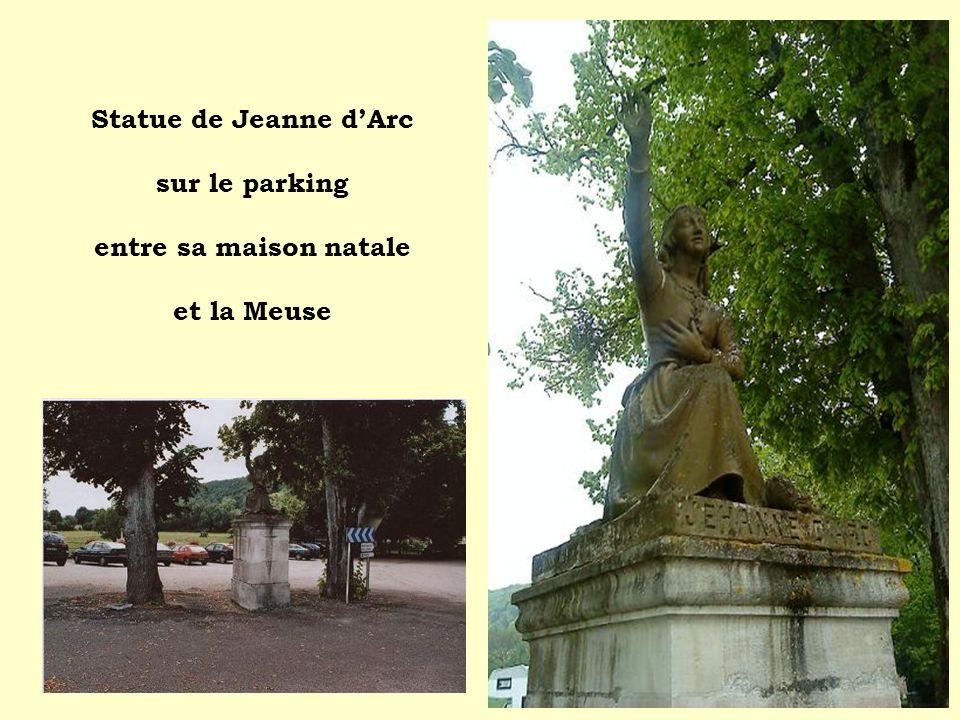 Statue de Jeanne d'Arc sur le parking entre sa maison natale et la Meuse
